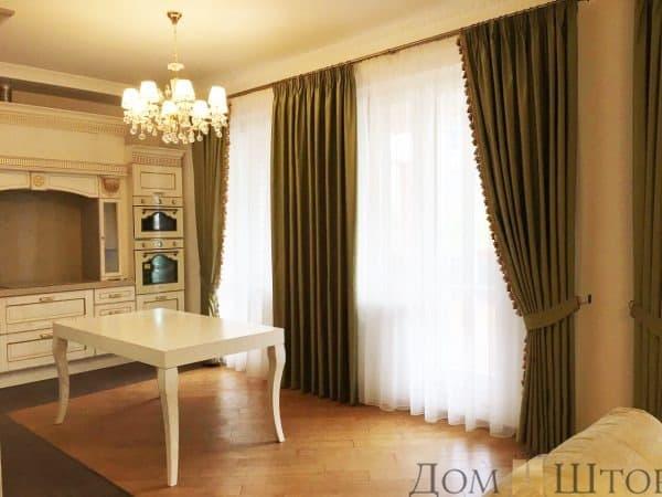 Плотные портьеры с бахромой в классическом стиле