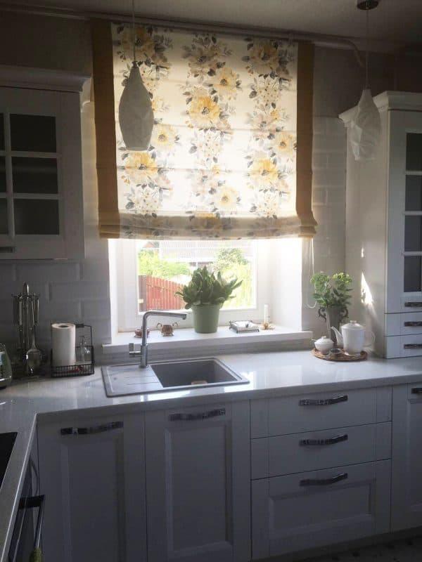 Римские шторы с цветами на кухню