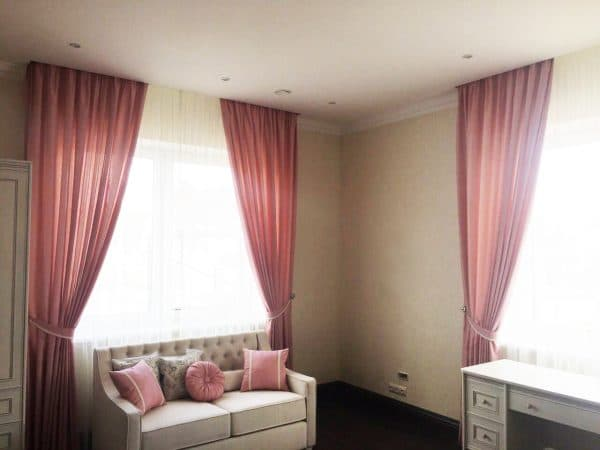 Нежные шторки и декоративные подушки разной формы