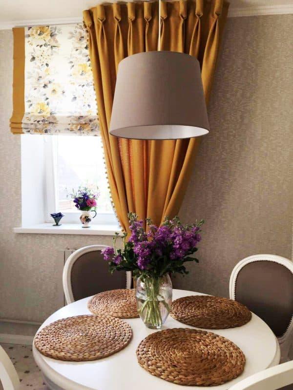 Цветные шторы на подхватах для столовой