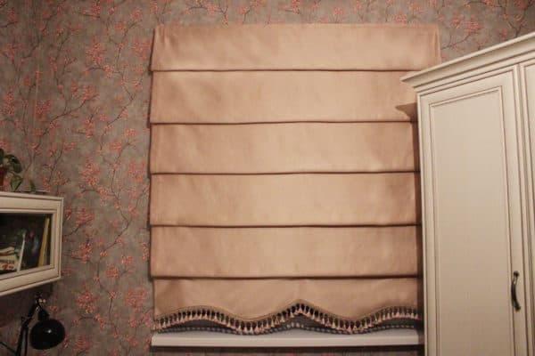 Римская штора с фигурным низом и бахромой