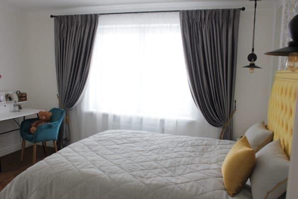 Темные шторы на подхватах в спальню