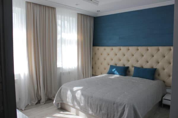 Прямые светлые шторы для спальни