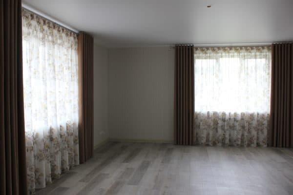 2 окна в одной комнате,плотные на люверсах и тюль с розами